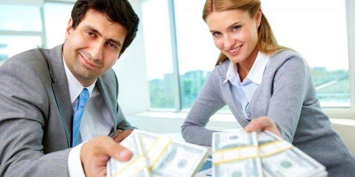 Мужчина и женщина с деньгами